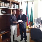 Luiz Alberto (D) ao formalizar o pedido com o auditor fiscal Alessandro Ramires Gonçalves.