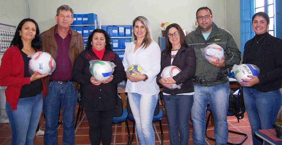 ... Basílio Conceição foi feita a entrega de cadeiras e classes para  educação infantil da Escola Candida Silveira Haubmann e mais materiais  esportivos ... 7bcf596f3762f